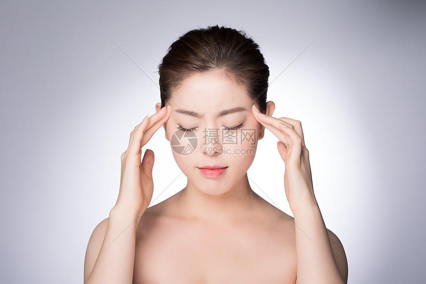 年老女性头疼图片
