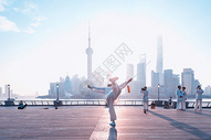 上海外滩晨练的人图片