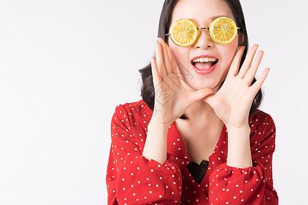 带着柠檬眼镜的俏皮女孩图片