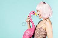 拿着火烈鸟的可爱女性图片
