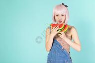 拿着西瓜的可爱女性图片
