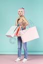 拿着购物袋的可爱女性图片