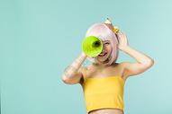 拿着喇叭的可爱少女500832914图片