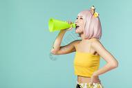 拿着喇叭的可爱少女500832916图片