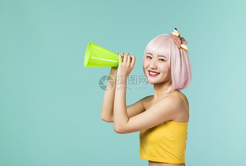 拿着喇叭的可爱少女图片