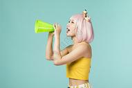 拿着喇叭的可爱少女500832921图片