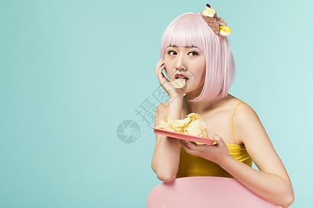 吃薯片的少女图片