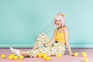 拿着柠檬的少女图片