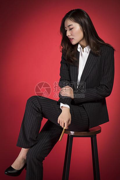 抽雪茄的职业女性图片
