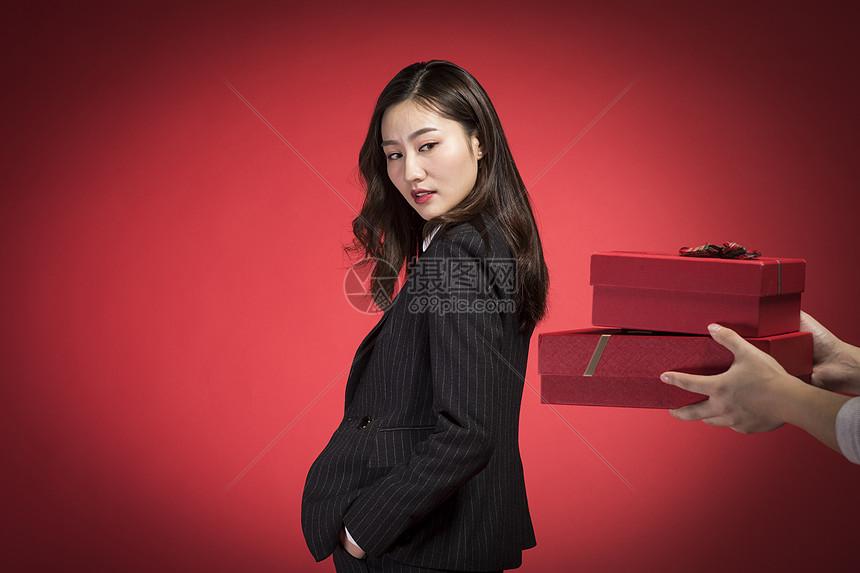 回绝别人礼品的职业女性图片