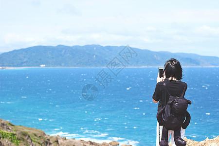 女孩看海图片
