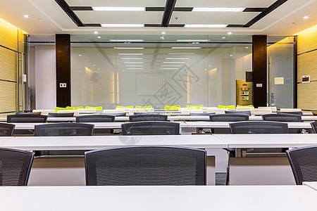 宽敞明亮的教室环境图片