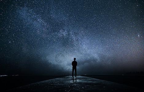商务人站在星空下图片