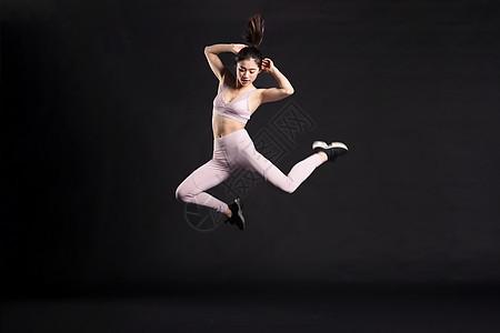 奔跑跳跃的年轻女孩图片