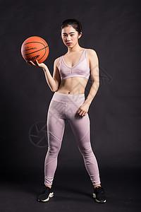 玩篮球的年轻女孩图片