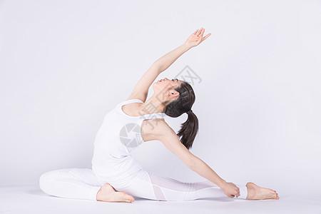 年轻女孩在做瑜伽图片