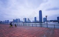爸爸带孩子在上海公园骑车图片