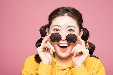 年轻双马尾女性带墨镜造型图片