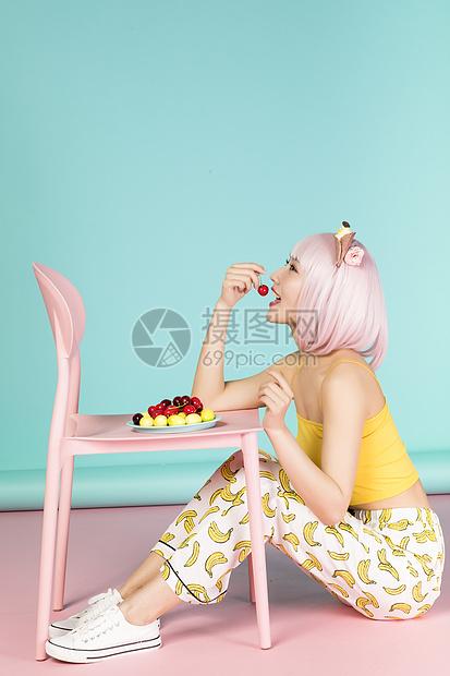 吃水果的可爱女性图片