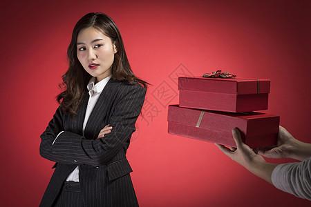 拒绝他人礼物的职业女性图片