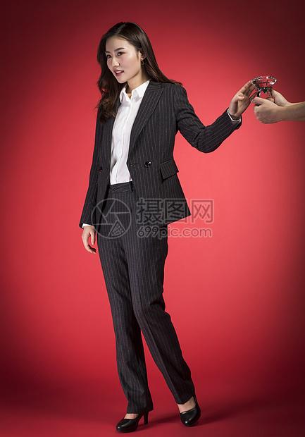回绝钻戒的职业女性图片