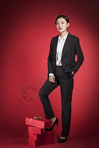 脚踩礼物的职业女性图片