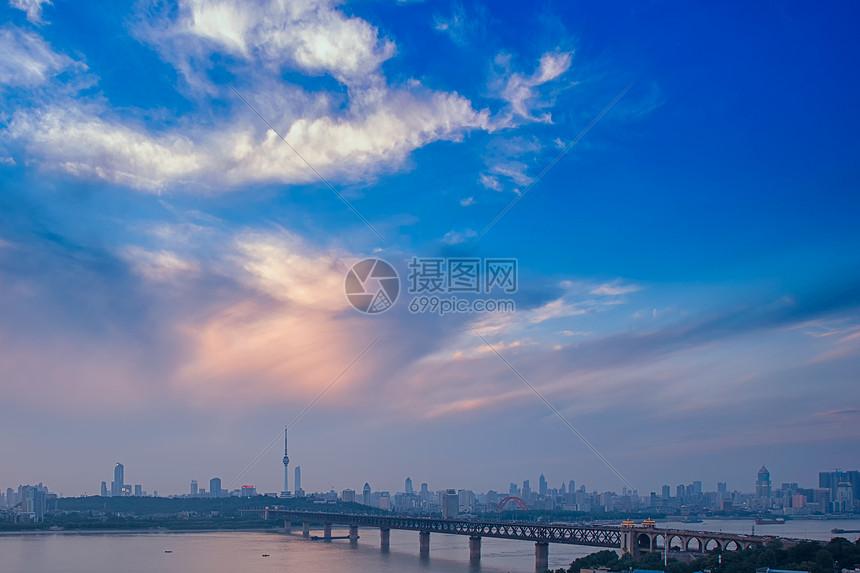 旭日下的武汉长江大桥图片