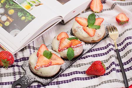草莓芝士甜甜圈图片