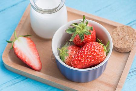 草莓牛奶组合图片