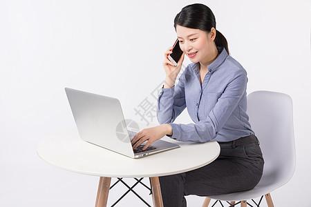 正在办公打电话沟通的商务女性图片
