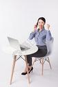 商务女性打电话洽谈胜利欢呼图片