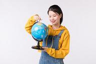 拿着地球仪的女学生500836067图片