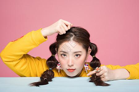 年轻女性双马尾雀斑造型图片