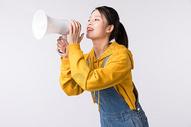 拿着扩音器喇叭的女学生图片