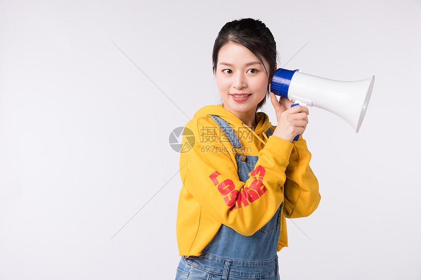 拿着扩音器喇叭的女先生图片