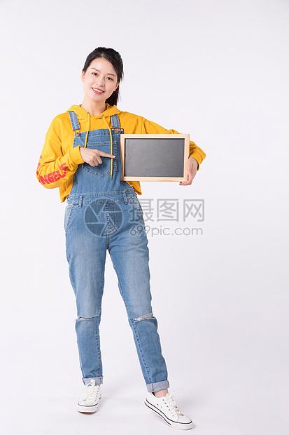 站着拿着小黑板的时髦先生图片