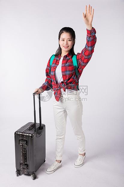 拉着行李箱的年老女生图片