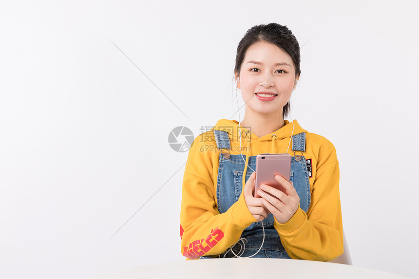 坐着听音乐的年老女生图片