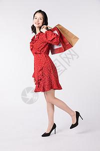 年轻美女提着购物袋消费图片