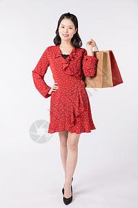 年轻美女开心地提着购物袋图片
