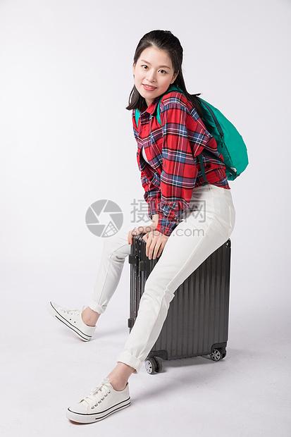 背着书包拉着行李箱的年老女性图片