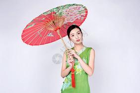 手持红色油纸伞的旗袍美女图片