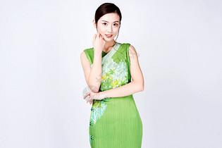 身着绿色旗袍的美女图片