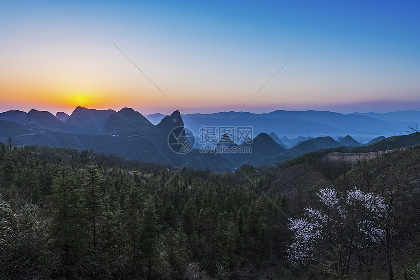 早春的夕阳照映着勃勃活力的陆地山水图片