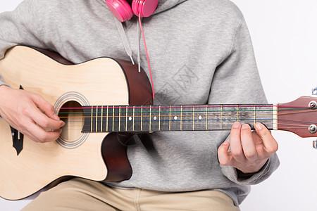 正在弹吉他的年轻男生图片