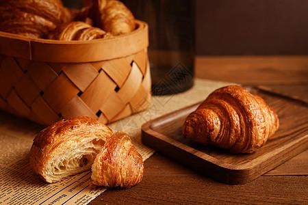 乡村风格唯美牛角面包图片