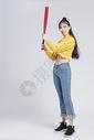 拿着棒球的青年女性图片