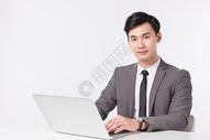 使用笔记本办公的商务人士图片
