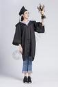 拿着奖杯的毕业女大学生500842107图片