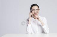 电话交谈中的职业女性图片